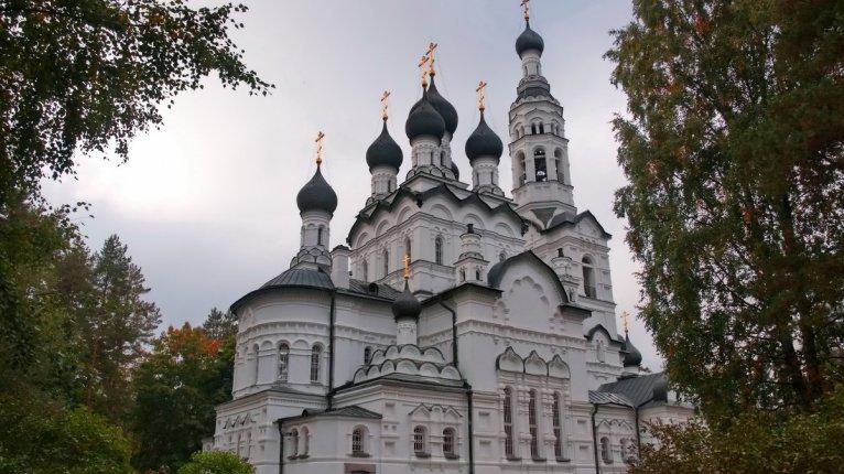 «Изумрудный»: Православный храм «Казанской иконы Божией Матери» (в 10 минутах ходьбы от дома)